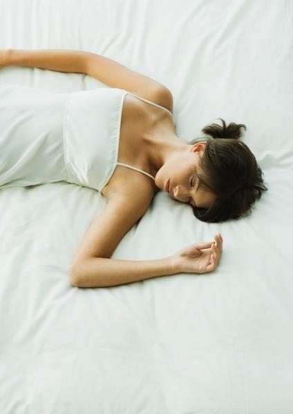 Mujer dormida en una cama