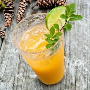 Un vaso de cocktail con alcohol
