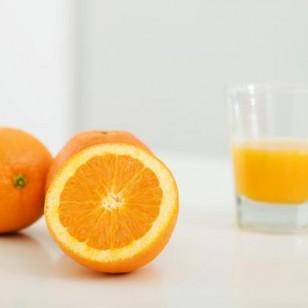 Un vaso de zumo de naranja