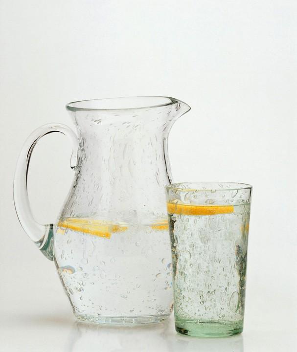 Un vaso de agua con limón