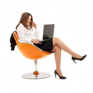 Una mujer, sentada en la oficina