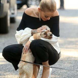 La cantante Rita Ora abraza cariñosamente a su perro