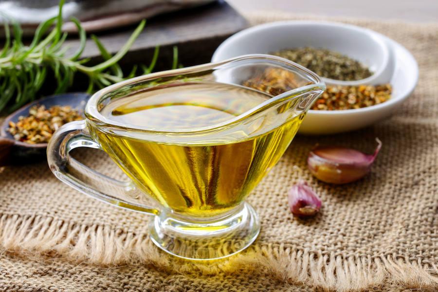 Un bodegón con aceite de oliva y especias