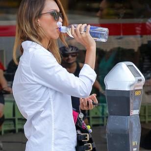 Jessica Alba, bebiendo agua alacalina