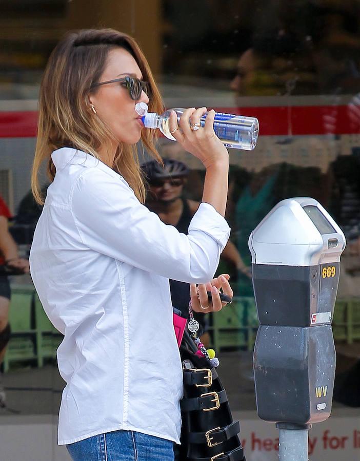 Tomar agua alcalina ayuda a bajar de peso