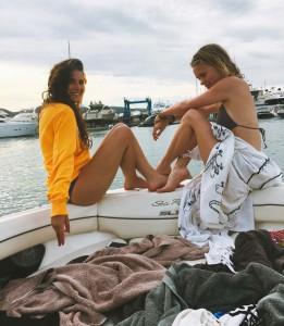 Almu y una amiga en un barco en Formentera