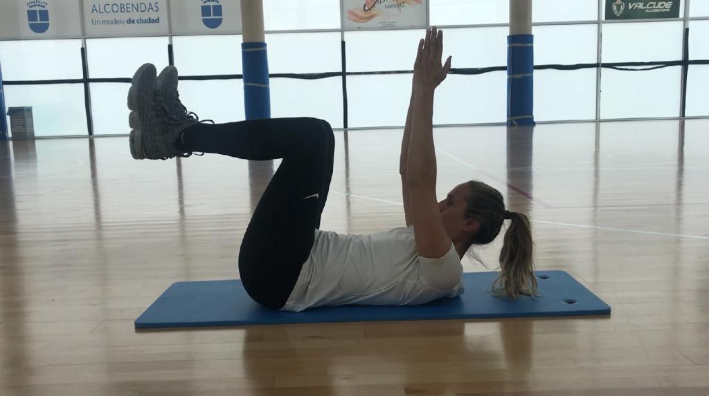 Amaya Valdemoro, practicando abdominales