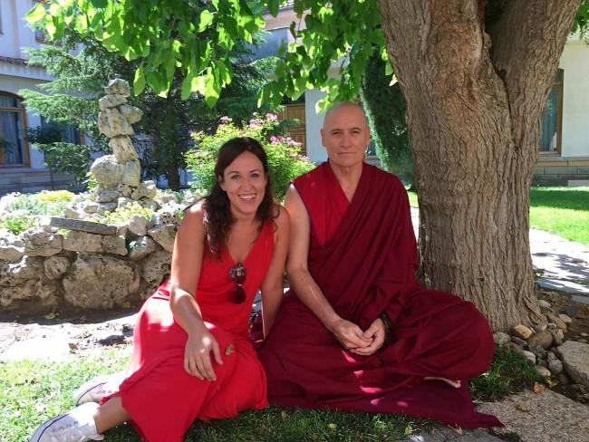 Marian Frias con un monje budista