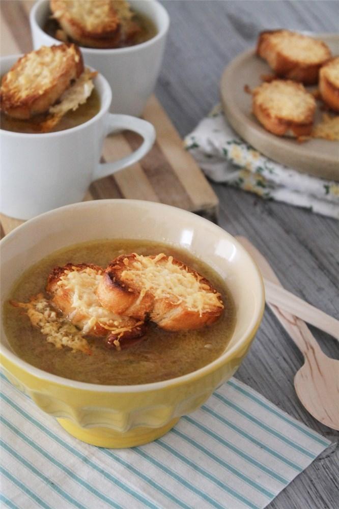 La receta de la sopa de cebolla es una receta fácil típica de la gastronomía francesa. Foto: David Rojas/Jorge Gilarranz - Mujerhoy.com.