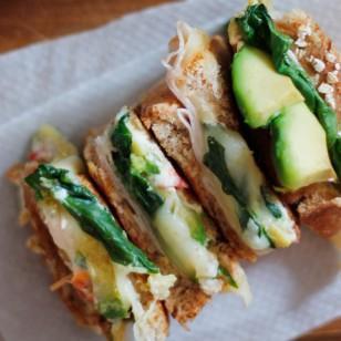 Un delicioso sándwich a base de aguacate, mozzarella y pavo