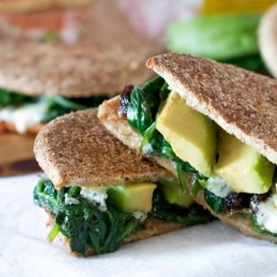 Prueba la nueva receta de esta semana: sándwich de espinacas, queso azul y aguacate