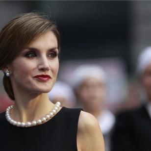 La Reina lució un discreto recogido bajo con raya al lado, labios rojos y sombra de ojos rosada y negra. (Foto: Gtres).