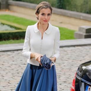 Doña Letizia con un estilismo de Felipe Varela.