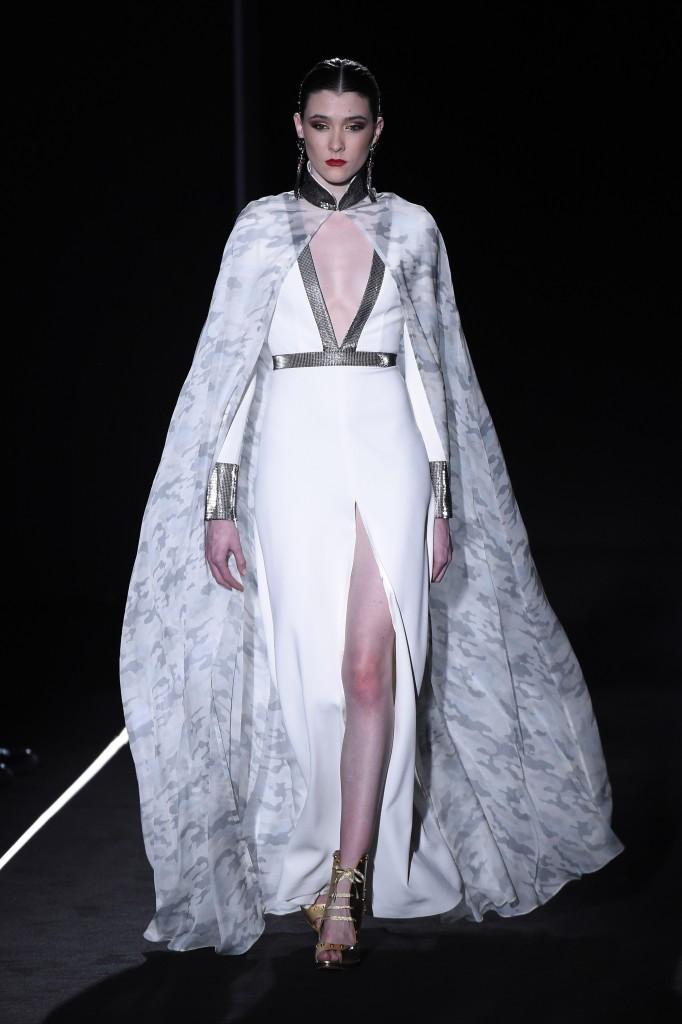 Vestido blanco con capa 'camo' de Varela