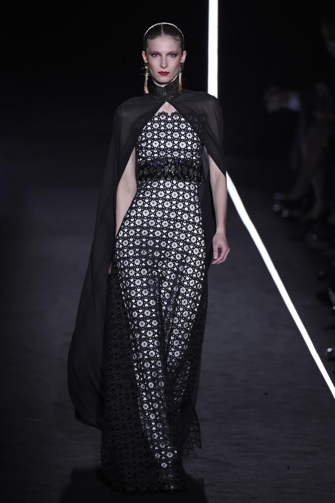 Vestido troquelado con capa de gasa, de Varela