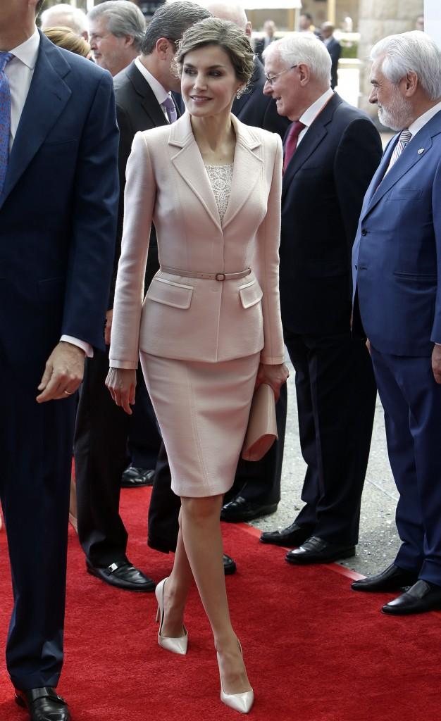 Doña LEtizia, con su dos piezas empolvado de Varela en Puerto Rico