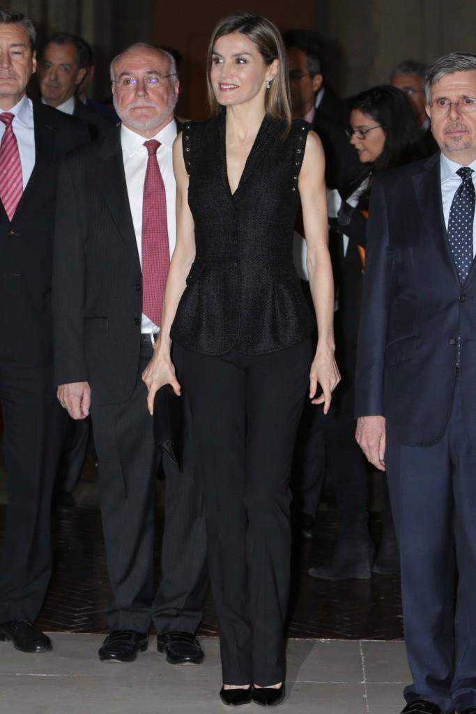 La Reina, en 2016 con 'total look' negro con chaleco de rafia de Varela