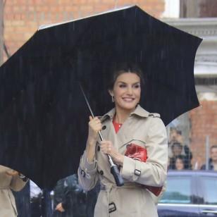 La Reina Letizia y su look para un día de lluvia