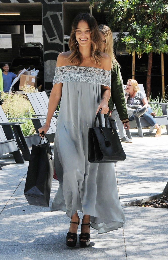 Este vestido 'boho' con escote bardot de Jessica Alba