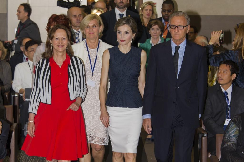 Doña Letizia, flanqueada por los políticos Ségolène Royal y André Vallini.