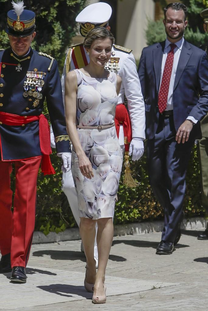 La Reina, con su vestido de flores en tonos 'candy' de Hugo Boss