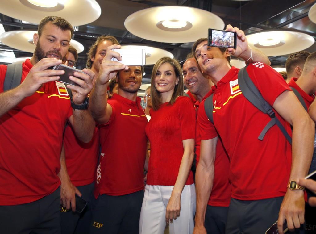 La Reina se hace selfies con el Equipo Olímpico Español