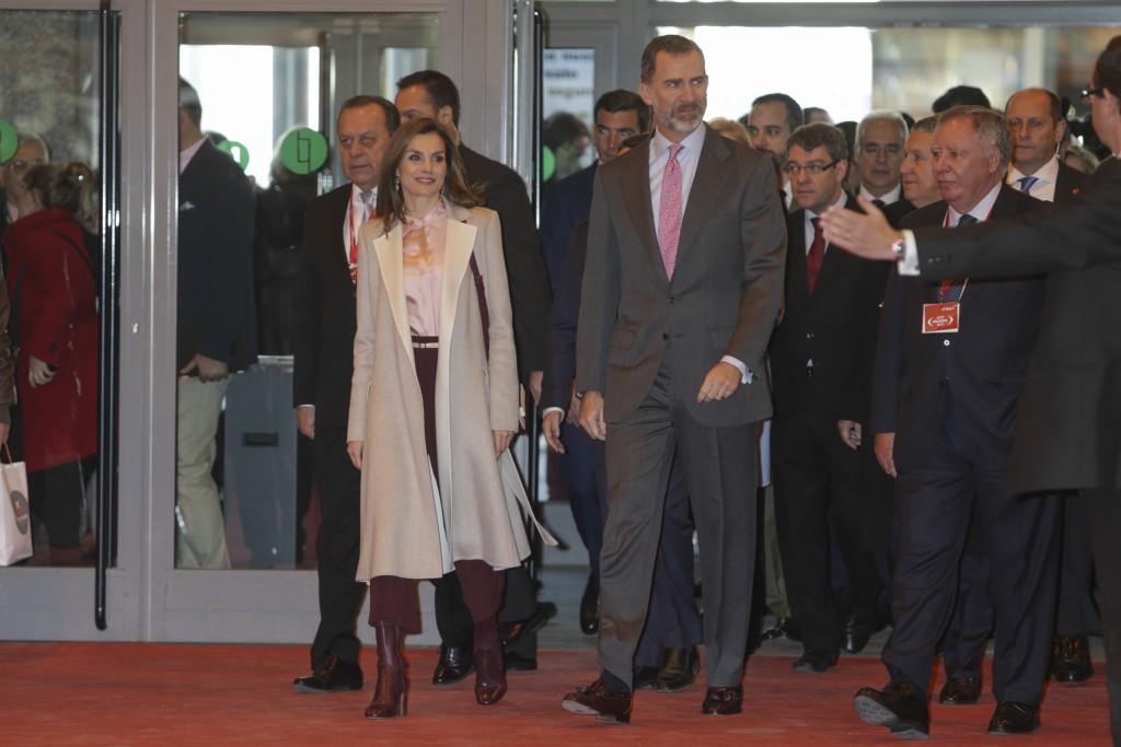 La Reina inauguró FITUR el 18 de enero con unos culottes de Uterqüe y unos botines de la misma firma en rojo sangre.