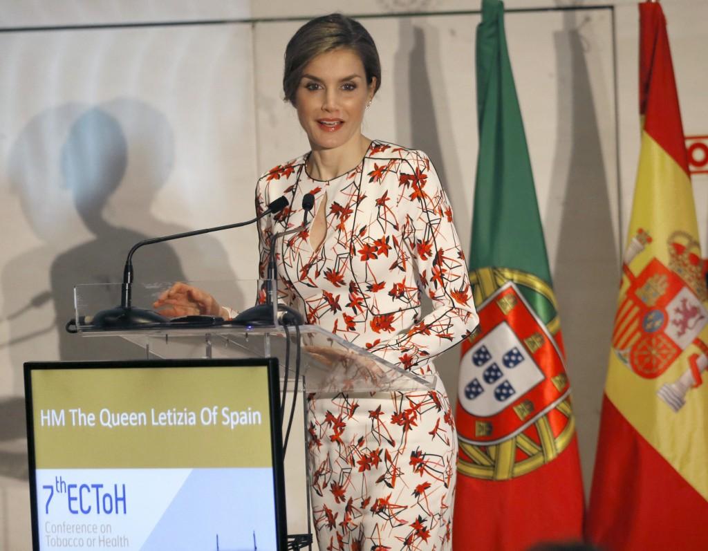 """GRA298. OPORTO (PORTUGAL), 23/03/2017.- La reina Letizia durante su intervención en la apertura oficial de la Conferencia Europea """"Tabaco o salud"""" que debatirá cómo combatir el tabaquismo y paliar sus efectos, hoy en Oporto. EFE/Lavandeira jr."""