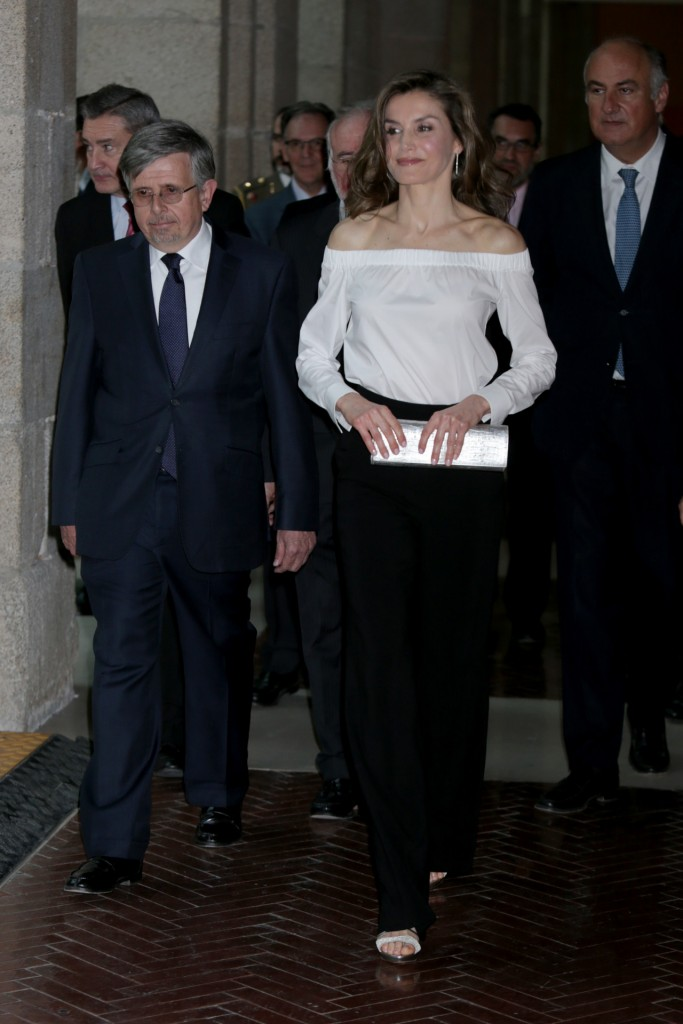 Doña Letizia sorprende con una blusa de escote 'off the shoulders'
