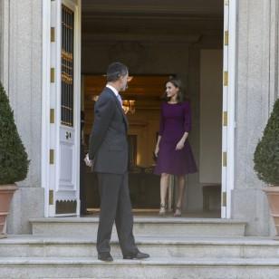 El nuevo vestido que escondía la Reina bajo su abrigo