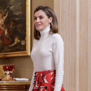 La reina Letizia, con jersey de cuello alto blanco
