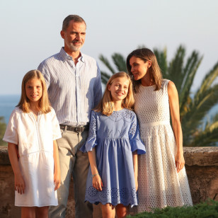 Tierna imagen de la Familia Real donde se muestran felices y cariñosos en este primer posado en el Palacio de la Almudaina. GTRES/Melissa G.C.