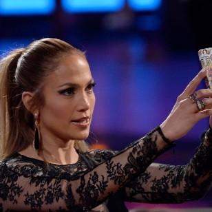 Jennifer Lopez haciéndose un selfie.