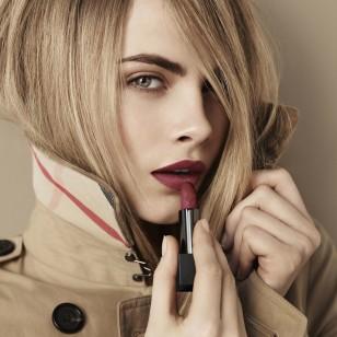maquillaje-labios-mate-cara-delevingne-burberry