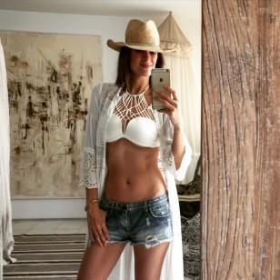 Mar Saura, en Ibiza con caftán, bikini y shorts
