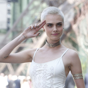 "Model Cara Delevingne at the ChanelHaute Couture during Paris Fashion Week in Paris, on Tuesday, July 4, 2017 in Paris. en la foto : collar de la firma "" Chanel "" / saludo militar"