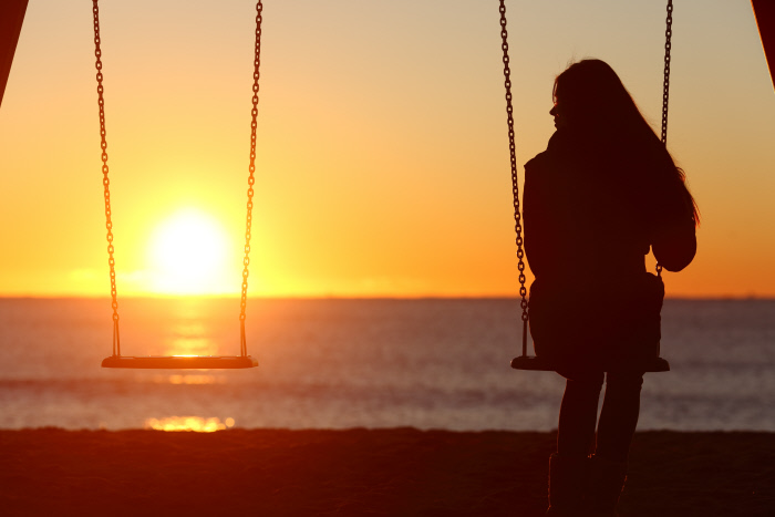 .WOMAN,HUMANS,HUMAN BEINGS,PEOPLE,FOLK,PERSONS,HUMAN,HUMAN BEING,SINGLE,MEMORIAL,REMEMBER,DEATH,LADY,FEMALE,FEELING,TEEN,HORIZON,SUNSET,SAD,PERSON,BEACH,SEASIDE,THE BEACH,SEASHORE,LOOK,GLANCING,SEE,VIEW,LOOKING,PEEKING,LOOKING AT,PAIN,LONELINESS,MOURNING,SORROW,WIDOW,OUTDOOR,OUTDOORS,OUTSIDE,ADULT,DEPRESSION,CONCERN,WORRIED,WORRY,ANXIETY,ANXIOUS,SOLICITOUS,SILHOUETTE,BACK,SWINGING,SWING,TROUBLED,MISSING,TEENAGER,RAVING,FURIOUS,ANGRY,IRATELY,ADULTS,HOPE,SUFFER,PROBLEMS,UNHAPPY,PUT,SITTING,SIT,SEPARATION,DESTINY,DEPRESSED,BEREAVEMENT,DIVORCED,DIVORCE,LOVE,IN LOVE,FELL IN LOVE,NEGATIVE,EMOTION,STRESSED,WIFE,PARTNER,SPOUSE,YOUNG,YOUNGER,COUPLE,PAIR,ALONE,LONELY,HUSBAND,DEAD,BACKDROP,BACKGROUND,FAMILIY,FAMILY,GIRLFRIEND,FRIEND,GIRL,GIRLS,SHINE,SHINES,BRIGHT,LUCENT,LIGHT,SERENE,LUMINOUS,SUNNY,HEAVENLY BODY,CELESTIAL BODY,SUN,FRIENDS,ORANGE,GRIEVING,BOYFRIEND,TROUBLE,SUFFERING,TEENAGE,PENSIVE