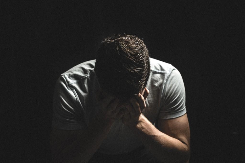 Un hombre, preocupado por su salud