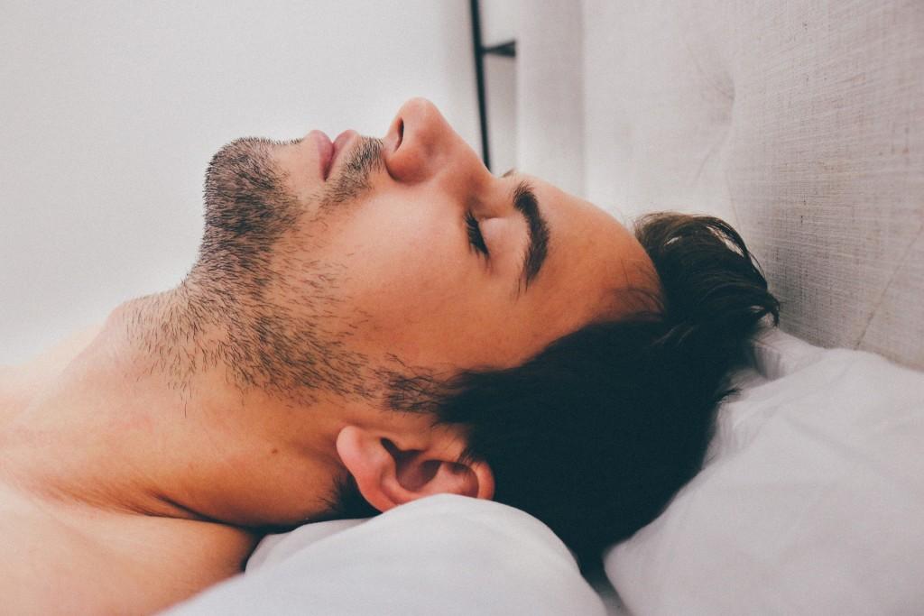 Por qué los hombres se duermen tras el sexo