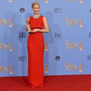 Jennifer Lawrence con un vestido rojo asimétrico firmado por Dior, se ha llevado el premio a la mejor actriz de comedia.