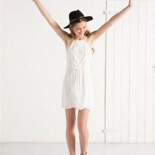 Vestido blanco con escote halter de Bershka (De 20,99 a 14,99 euros)