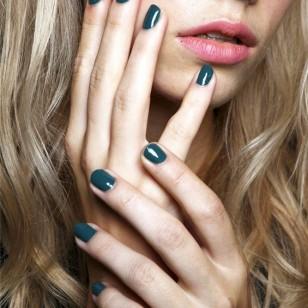 La modelo aparece con sus uñas trendy: en color block en un verde jade, cortas y con forma cuadrada, mostrando una enorme diferencia de color con el rosa suave que luce en sus labios.