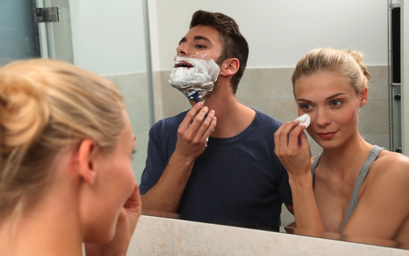Pareja compartiendo cosmética