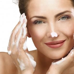 Mujer desmaquillandose el rostro