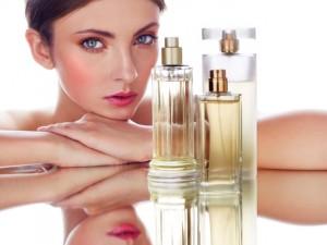 Mujer mirando frascos