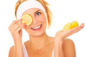 Chica con rodaje de limón