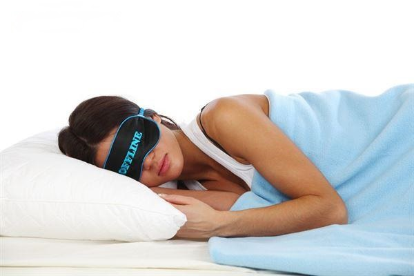 chica antifaz durmiendo