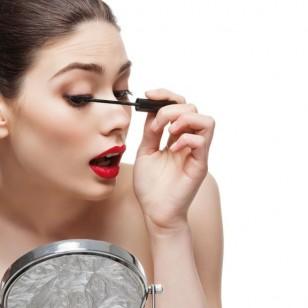 chica-maquillandose