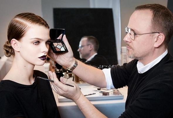 Peter Philip, Director Creativo y de Imagen de Maquillaje de Dior, prepara a la modelo para el desfile de Invierno 2016/17 con los tonos labiales oscuros de su colección de temporada.