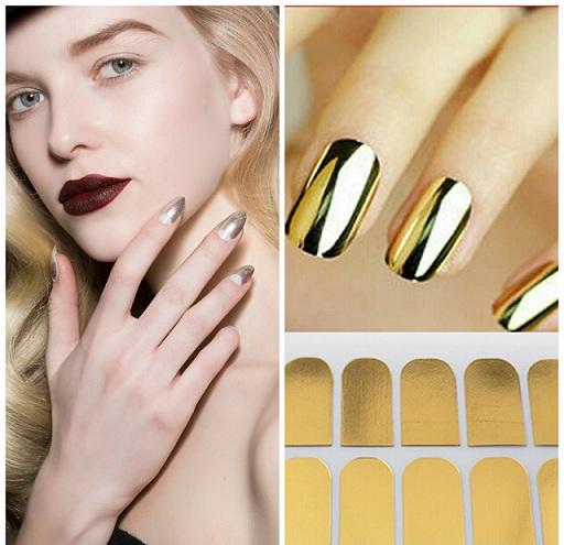 Los stickers o pegatinas adhesivas son una buena solución para llevar las uñas plateadas o doradas. Son muy fáciles de aplicar y ante cualquier desperfecto es muy fácil recambiar la uñas por otra nueva.